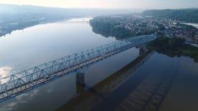 Hoher Winkel-Überführungs-Ansicht der Brücke über dem Ohio stock video