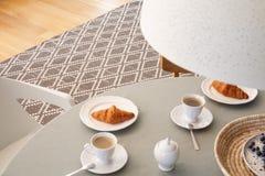 Hoher Winkel auf grauer Tabelle mit Schalen und Hörnchen in scandi dini lizenzfreie stockfotografie