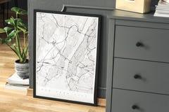 Hoher Winkel auf weißem Plakat auf Bretterboden zwischen Anlage und grauem Kabinett im Innenraum Reales Foto lizenzfreies stockbild