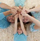 Hoher Winkel der Familie auf Fußboden Lizenzfreie Stockfotos