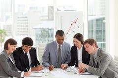 Hoher Winkel einer verschiedenen Geschäftsgruppe lizenzfreies stockbild