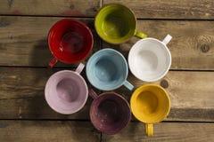 Hoher Winkel-Schuss von sieben Teetassen verschiedenen Farben Stockbilder