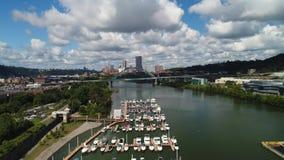 Hoher Winkel-steigender Einspieler von Jachthafen-und Pittsburgh-Skylinen stock video