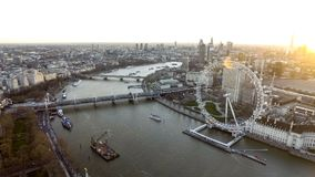 Hoher Winkel-Vogelperspektive des London-Augen-Rades, die Themse lizenzfreies stockbild