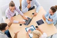 Hoher Winkel von Geschäftsleuten bei Tisch stockfotografie