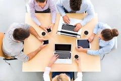 Hoher Winkel von Geschäftsleuten bei Tisch stockbild