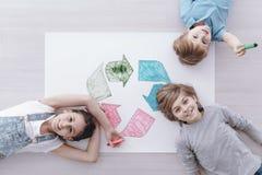 Hoher Winkel von glücklichen Kindern lizenzfreies stockfoto