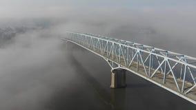 Hoher Winkel-Vorwärtsvogelperspektive der nebeligen Brücke über dem Ohio stock footage