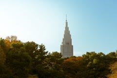 Hoher Wolkenkratzer gesehen von einem Garten in Tokyo, Japan Stockfoto