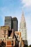 Hoher Wolkenkratzer hob über Großstadtstädtische landschaft mit Planungs- und Führungsstäben an stockfoto