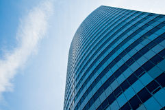 Hoher Wolkenkratzer steigt in den Himmel Lizenzfreie Stockfotografie