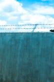 Hoher Zaun des Stacheldrahts Stockfotos