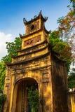 Hohes altes gelbes Tor umgeben durch Bäume in der langen Zitadelle Thang in der Kaiserstadt, Hanoi, Vietnam lizenzfreie stockbilder