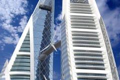 Hohes Anstieggebäude mit Windturbine Stockfotos
