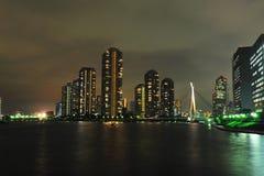Hohes Anstieggebäude nachts Lizenzfreie Stockfotografie