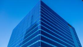Hohes Aufstiegsgebäude im Blau Lizenzfreies Stockfoto
