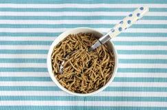 Hohes Ballaststoffefrühstück der gesunden Diät mit Schüssel Kleiegetreide Lizenzfreie Stockfotografie