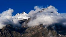Hohes Berglandschaftspanorama Himalajas mit Schneeschale an der Dämmerung Lizenzfreies Stockbild