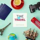 Hohes Design des Reisekonzept-Spotts Gegenstände bezogen sich auf Reise und Tourismus um leeres Papier Ansicht von oben Lizenzfreie Stockfotos