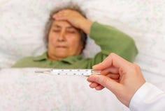 Hohes Fieber und Kopfschmerzen Stockfoto