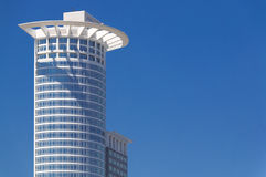 Hohes Gebäude auf Turm blauer Himmel Frankfurts am Main Deutschland Westend Stockfotografie