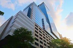 Hohes Gebäude in Bangkok mit blauem Himmel des Morgens Stockbilder