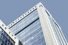 Hohes Gebäude der Büromitte Viele Glasfenster Mit einem abstrakten Himmel Lizenzfreies Stockfoto