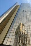 Hohes Gebäude des modernen Glaswolkenkratzers, Reflexion, blauer Himmel, Vertikale, Vorderansicht Lizenzfreie Stockbilder