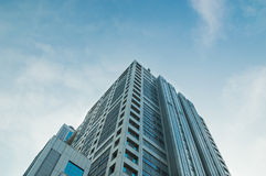 Hohes Gebäude gegen blauen Himmel Lizenzfreie Stockbilder
