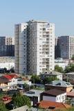 Hohes Gebäude im Wohngebiet nahe Häusern Stockfoto