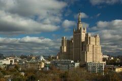 Hohes Gebäude am Kudrinskaya Quadrat lizenzfreie stockfotografie