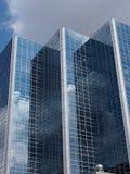 Hohes Gebäude mit Glas-Front Reflecting Clouds Stockbild
