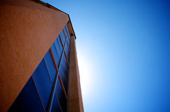 Hohes Gebäude mit Stuckwand Stockfotos