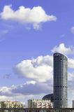 Hohes Gebäude am Mittag Lizenzfreies Stockbild