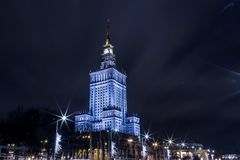 Hohes Gebäude Mitte der Warschau-Nachtstadt Warschau polen Polska Palast der Kultur und der Wissenschaft lizenzfreies stockbild
