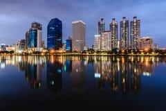 Hohes Gebäude mitten in der Nacht bei Bencha Siri Park Stockbilder
