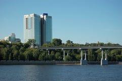 Hohes Gebäude und Brücke Stockbild