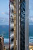 Hohes Gebäude während des Aufbaus an der Dämmerung Stockbilder