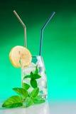 Hohes Getränk mit Minze und Eis Stockfoto