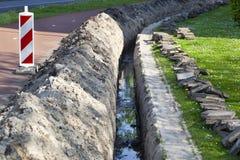 Hohes Grundwasserniveau in einem Abzugsgraben stockbild