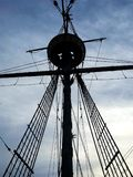 Hohes hölzernes Schiffs-Mast-Schattenbild Stockbilder