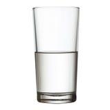 Hohes halb volles Glas des Ausschnittspfades des Wassers w Stockfotos
