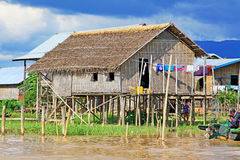 Hohes Haus-Dorf Nyaungshwe, Myanmar Lizenzfreies Stockbild