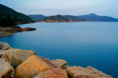 Hohes Insel-Reservoir in Hong Kong Geo Park Stockfoto