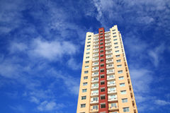 Hohes modernes stilvolles Wohngebäude Lizenzfreie Stockbilder