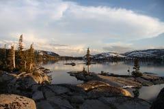 Hohes Mountainsee in der goldenen Stunde stockfoto