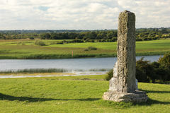 Hohes Nordkreuz und Fluss shannon. Clonmacnoise. Irland Stockbild