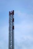 Hohes Rohr das neue Kesselhaus in einer Wohnnachbarschaft Stockfotos