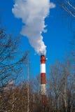 Hohes Rohrwärmekraftwerk auf dem Hintergrund des blauen Himmels, Nebel, Smog lizenzfreie stockfotografie