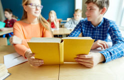 Hohes Schülerlesebuch und -lernen Lizenzfreie Stockbilder